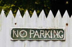 Как бороться снезаконной парковкой натротуаре
